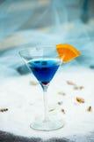 Конец вверх голубого холодного освежая питья коктеиля лета с синью Стоковые Изображения