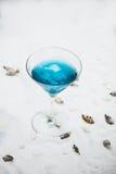 Конец вверх голубого холодного освежая питья коктеиля лета с льдом Стоковые Изображения RF