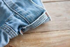 Конец вверх голубых джинсов Стоковые Изображения
