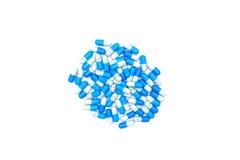 Конец-вверх голубых медицинских капсул изолированных на белой предпосылке Стоковые Изображения RF