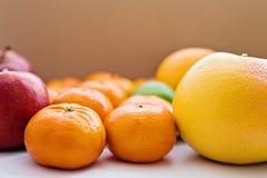 Конец-вверх грейпфрута, tangerines и красных яблок Стоковая Фотография RF