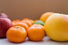 Конец-вверх грейпфрута, tangerines и красных яблок Стоковое фото RF