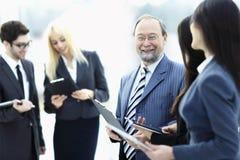 конец вверх группа в составе бизнесмены стоя в лобби офиса стоковые фото