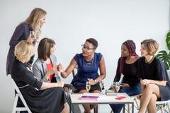 Конец-вверх группы в составе предприниматели провозглашать стекла шампанского в офисе стоковое изображение
