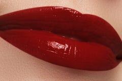 Конец-вверх губ женщины с темнотой моды - красным составом губной помады Стоковое фото RF