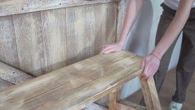 Конец вверх: девушка двигает деревянный стильный stepladder стоковое фото rf