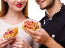 Конец-вверх девушки и парня держа бельгийский waffle Стоковая Фотография RF