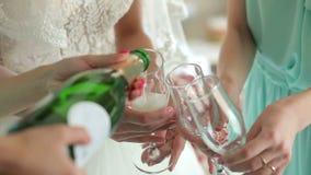 Конец-вверх девушки полил шампанское в стекла на партии bachelorette акции видеоматериалы