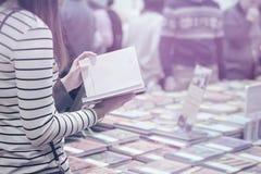 Конец-вверх девушки с книгой в руках, bookstore Образование, школа, исследование, читая небылицу, концепция литературы тонизирова Стоковые Изображения