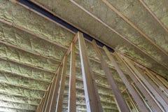 Конец-вверх деревянной рамки для будущих стен и потолка изолированного с штатом изоляции шерстей и стеклоткани утеса для холодног стоковые изображения