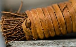 Конец-вверх деревянной ручки веника руки стоковые фотографии rf