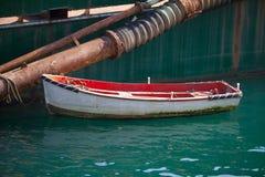 Конец-вверх деревянной шлюпки причаленной к барже Стоковая Фотография RF