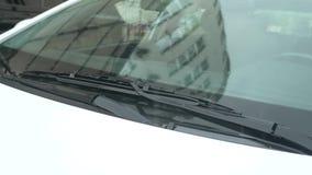 Конец-вверх, деталь автомобиля в дожде в парковке снаружи 4k, замедленное движение сток-видео