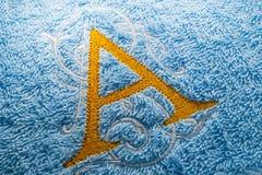 Конец вверх дизайна алфавита вышивки на полотенце стоковые изображения