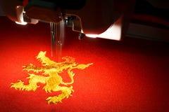 Конец вверх дизайна льва золота машины вышивки embrodering Стоковые Фотографии RF