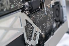 Конец-вверх доски компьютера ремонт демонтированного компьютера стоковое фото