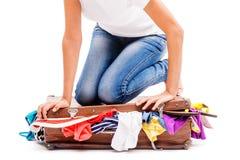 Конец-вверх девушки пакуя ее чемодан Стоковое Изображение