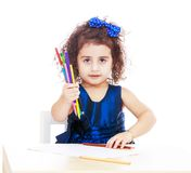 Конец-вверх девушки сидя на таблице и выставках Стоковое фото RF