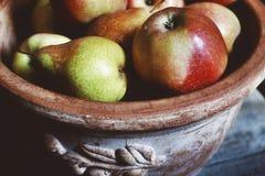 конец-вверх еды плодоовощ вазы груш яблок сладостный здоровый Стоковые Изображения