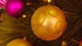 Конец-вверх декоративный золотой шарик рождества : фильтрованное proce Стоковое фото RF