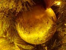 Конец-вверх декоративный одиночный золотой шарик рождества : filtere Стоковое Изображение RF