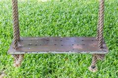 Конец-вверх деревянная смертная казнь через повешение качания на дереве в саде, relaxat Стоковые Изображения RF