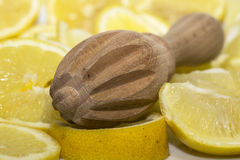 Конец-вверх деревянного squeezer лимона Стоковые Изображения RF