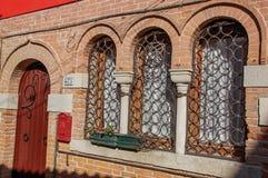 Конец-вверх деревянных двери и окон с железными перилами в Венеции Стоковое Изображение