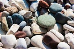 Конец-вверх естественно округлил гравий, камешки стоковые фото