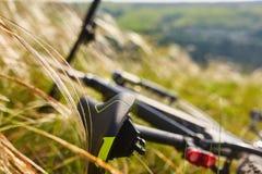 Конец-вверх детали велосипеда горы на зеленой траве Стоковое Изображение RF