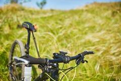 Конец-вверх детали велосипеда горы на зеленой траве Стоковая Фотография RF