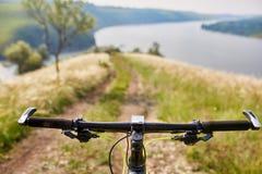 Конец-вверх детали велосипеда горы на зеленой траве Стоковая Фотография