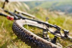 Конец-вверх детали велосипеда горы на зеленой траве Стоковые Изображения