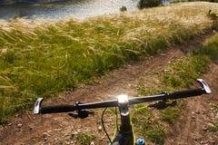 Конец-вверх детали велосипеда горы на зеленой траве Стоковое Фото
