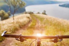 Конец-вверх детали велосипеда горы на зеленой траве Стоковые Фото