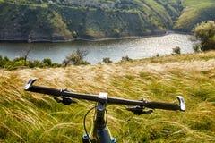Конец-вверх детали велосипеда горы на зеленой траве Стоковое фото RF