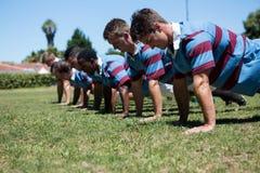 Конец вверх делать игроков нажимает вверх на травянистом поле Стоковое Изображение
