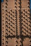 Конец-вверх железных плит и заклепок от вершины Эйфелева башни с солнечным небом в Париже Стоковая Фотография