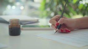 Конец-вверх: женская рука держит ручку для каллиграфии каллиграфия видеоматериал