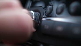 Конец-вверх Женские пальцы отжимают кнопку начала и регулируют ролик тома в автомобиле 4K медленном Mo акции видеоматериалы
