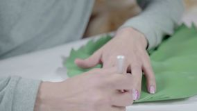 Конец-вверх женских отрезанных рук держа нож канцелярских принадлежностей и лист видеоматериал