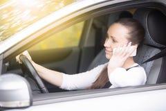 Конец вверх женских рук держит на рулевом колесе Стоковое Фото