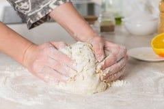 Конец-вверх женских рук замешивая тесто в современной minimalistic кухне Стоковое Изображение
