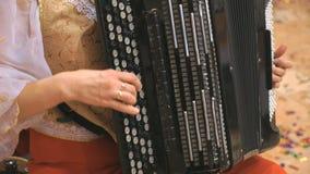 Конец-вверх женских рук играя черный аккордеон сток-видео