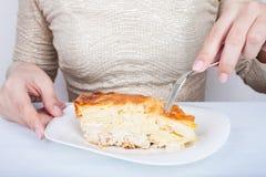 Конец-вверх женских рук и части пирога мяса стоковая фотография