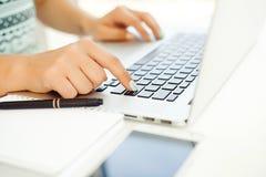 Конец-вверх женских рук печатая на клавиатуре компьтер-книжки Woman& x27; рука s Стоковые Изображения