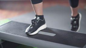 Конец-вверх женских черных атлетических ботинок шагая на платформу шага акции видеоматериалы
