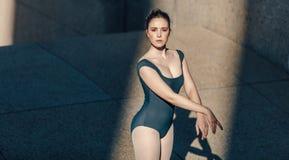 Конец вверх женского артиста балета практикуя ее движения Стоковые Изображения RF