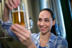 Конец-вверх женского пива испытания винодела Стоковые Фото