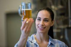 Конец-вверх женского пива испытания винодела Стоковое фото RF